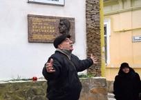 В Евпатории открыли мемориальную доску Высоцкому, фото — «Рекламы Крыма»