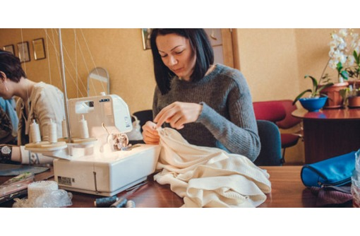 Курсы Кройки и шитья в Севастополе. В центре новые швейные машинки, оверлок., фото — «Реклама Севастополя»