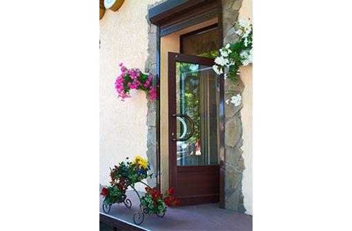 Распашные двери из металлопластика, фото — «Реклама Судака»
