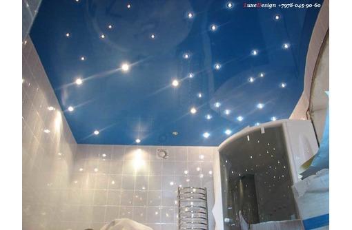 Натяжные потолки в ванной LuxeDesign, фото — «Реклама Алушты»