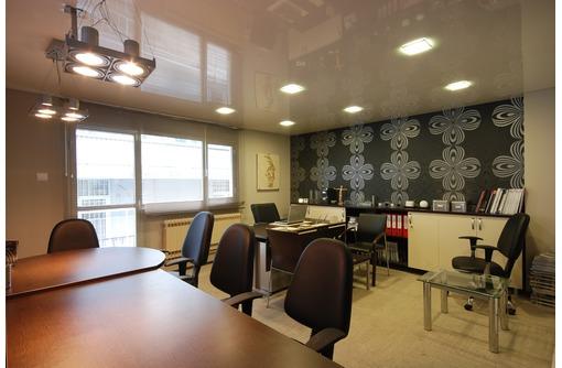 Натяжные потолки в офисе LuxeDesign, фото — «Реклама Алушты»