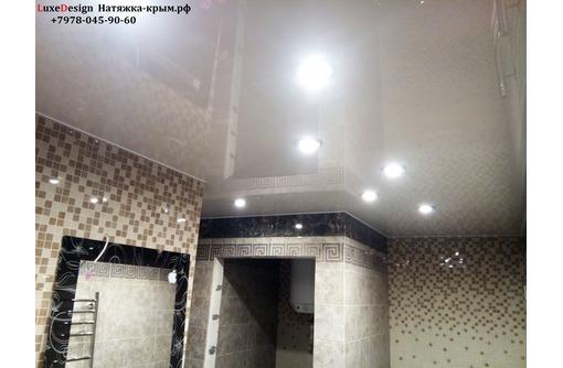 Натяжные потолки в ванной LuxeDesign, фото — «Реклама города Саки»