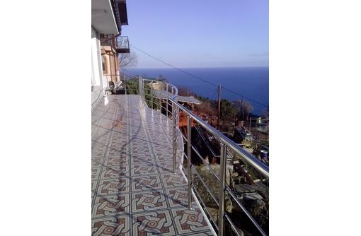 Балконные ограждения из нержавейки, фото — «Реклама Севастополя»