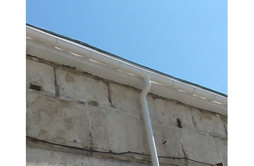 Установка водосточных систем в Севастополе, фото — «Реклама Севастополя»