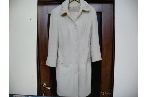 Продается элегантное женское пальто с вышивкой, фото — «Реклама Севастополя»