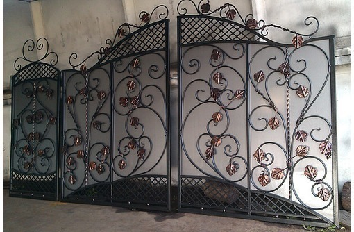 Изготовление и установка ворот, металлических дверей, заборов, навесов, фото — «Реклама Феодосии»
