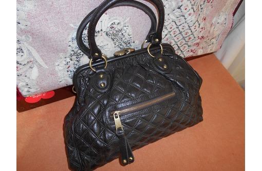 женскую сумочку тёмно коричневого цвета, фото — «Реклама Севастополя»