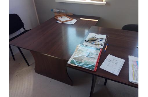 продам три офисных стола и шкаф, фото — «Реклама Севастополя»