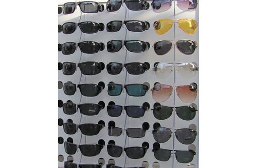 Продавец солнцезащитных очков, фото — «Реклама Севастополя»