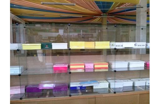 Продам торговые стеклянные витрины-кубы и металлические стелажи недорого, фото — «Реклама Севастополя»