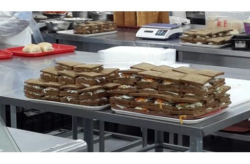 Упаковщики/комплектовщики сэндвичей, блинчиков с начинкой, фото — «Реклама Темрюка»