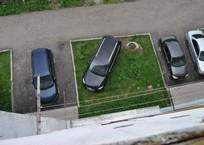 За парковку на газонах хотят ввести штраф в 5 тысяч рублей, фото — «Рекламы Кубани»