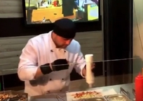 Виртуозный шаурмэн из Анапы превратил приготовление блюда в настоящее шоу ВИДЕО, фото — «Рекламы Темрюка»