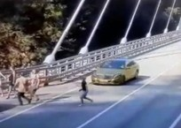 Появилось видео, как в Сочи золотой «Мерседес» сбивает женщину, гнавшуюся за селфи ВИДЕО 18+, фото — «Рекламы Темрюка»