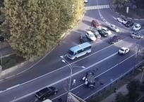 На помощь перевернувшейся в Сочи «четырнадцатой» бежали со всех сторон ВИДЕО, фото — «Рекламы Новороссийска»