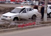 """""""Черная трясина"""" поглощает автомобили на дороге в Краснодаре, фото — «Рекламы Темрюка»"""