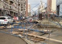 Ветер обрушил строительные леса на припаркованные машины в Краснодаре ФОТО, ВИДЕО, фото — «Рекламы Тихорецка»