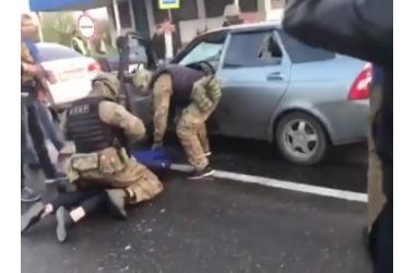 В сети появилось видео задержания преступников на Елизаветинском мосту Краснодара, фото — «Рекламы Адлера»