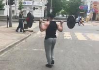 Неспешная прогулка бодибилдера со штангой по Краснодару поразила горожан ВИДЕО, фото — «Рекламы Тихорецка»