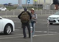 Автостопщики, бабушки в Ашане, попрошайки бензина: как в Краснодаре добывают легкие деньги, фото — «Рекламы Краснодара»