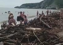 Туапсинский пляж стал местом катастрофы после ливней ВИДЕО, фото — «Рекламы Курганинска»