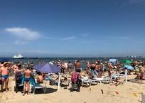 «Очередь на пляж занимаем с пяти утра»: берега Анапы забиты под завязку туристами, фото — «Рекламы Крымска»