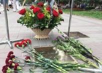 К «звезде» Иосифа Кобзона в Геленджике люди несут цветы, фото — «Рекламы Геленджика»