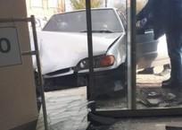 Машина в Армавире протаранила магазин, фото — «Рекламы Армавира»