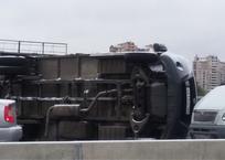 В Краснодаре на Садовом мосту перевернулась «газель» с хлебом ФОТО, фото — «Рекламы Кубани»