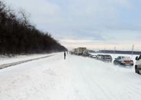 Многокилометровая пробка на заснеженной трассе в Краснодарском крае попала на видео, фото — «Рекламы Новокубанска»