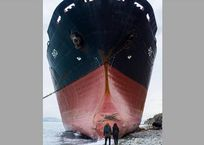 Севший на мель в Краснодарском крае корабль стал местом притяжения для туристов, фото — «Рекламы Кореновска»