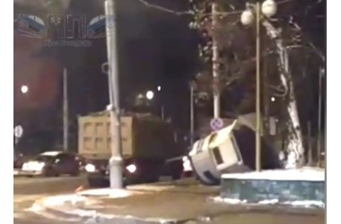 Полицейскую будку в Краснодаре протаранил КамАЗ ВИДЕО, фото — «Рекламы Кубани»
