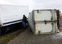 В Кореновске перевернулся грузовик, фото — «Рекламы Кубани»
