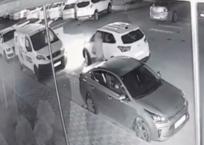 Мужчина с топором накинулся на машину, которая стала на «зебре» в Краснодаре, фото — «Рекламы Кубани»