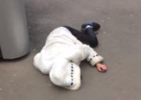 Краснодарцы деградировали: Лежащей на асфальте девушке никто даже не пытался помочь ВИДЕО, фото — «Рекламы Кубани»
