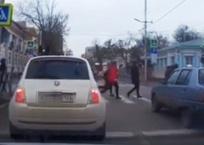 Учительницу и детей, переходивших на красный свет, разыскивает полиция Краснодара ВИДЕО, фото — «Рекламы Краснодара»