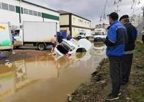 Такси утонуло в луже в Музыкальном микрорайоне, фото — «Рекламы Краснодара»