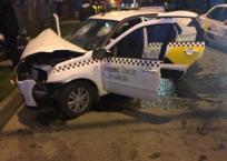В Краснодаре автомобиль такси влетел в легковушку и столб, фото — «Рекламы Краснодара»