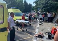 В Сочи автомобиль вынесло на автобусную остановку: погибли женщина и её ребенок, фото — «Рекламы Кубани»