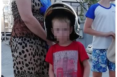 Ребенок застрял в решетке ливневой канализации на Кубани, фото — «Рекламы Приморско-Ахтарска»