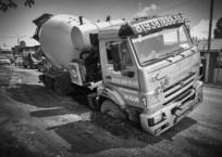 Бетономешалка провалилась в яму на дороге в Краснодаре, фото — «Рекламы Краснодара»