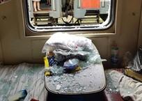 """Улетевшая с сочинского кафе крыша, разбила окно в поезде """"Адлер - Санкт-Петербург"""", фото — «Рекламы Крымска»"""