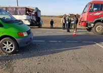 На Кубани грузовой автомобиль протаранил пассажирский автобус, фото — «Рекламы Приморско-Ахтарска»