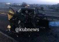 В Краснодарском крае в жестком лобовом ДТП с КамАЗом погибли водитель и пассажирка легковушки, фото — «Рекламы Кубани»