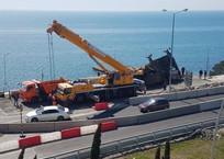 На федеральной трассе Сочи-Адлер, при ремонте дороги, опрокинулся автокран ВИДЕО, фото — «Рекламы Кубани»