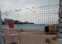 А как же конституция: от геленджичан колючей проволокой закрыли пляжи , фото — «Рекламы Геленджика»