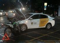 В Геленджике ищут мотоциклиста, который врезался в машину такси и скрылся с места ДТП, фото — «Рекламы Геленджика»