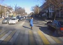 В Симферополе водитель BMW без прав на переходе сбил ребенка (видео 18+), фото — «Рекламы города Саки»