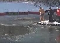 Крымчанин нырнул в обледеневший пруд, чтобы спасти собаку, фото — «Рекламы Бахчисарая»