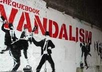 Разгул вандализма: в центре Симферополя разбили новую скамейку и табло, фото — «Рекламы Крыма»